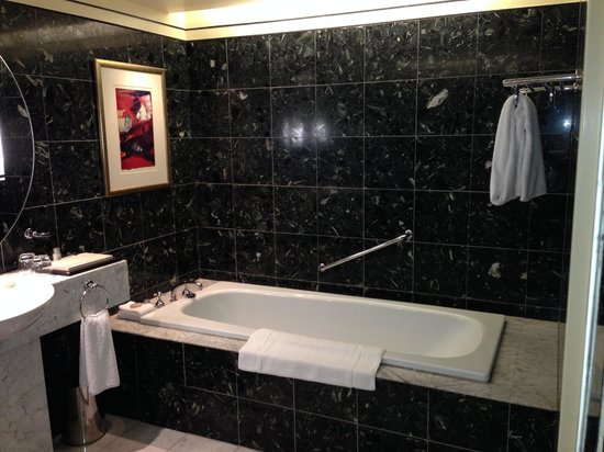 Hyatt Hotel Canberra: Big beautiful bath