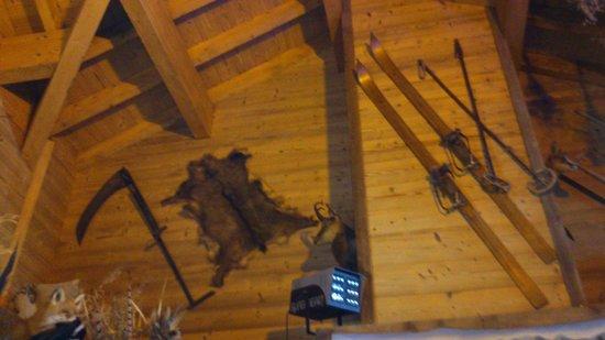 Chantebise 2100 : На стенах висят предметы старого Савойского быта.