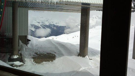 Chantebise 2100 : Из окна видны заснеженные склоны и весенние сосульки.