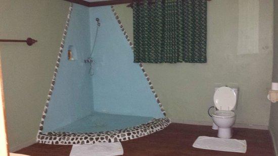 Mountain Gorilla View Lodge: Bathroom in cottage