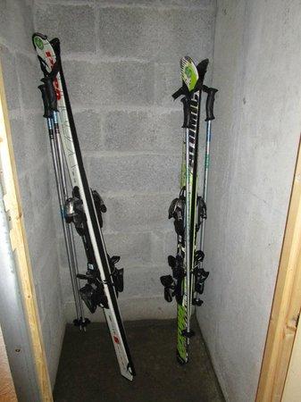 Residence Odalys Le Buet: Vue des caves à rangement de skis