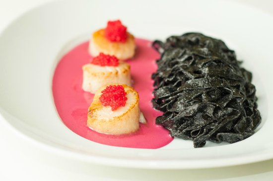 Sergio's Restaurant : Diver Sea Scallops w/ Squid Ink Linguini and Sauce Cardinal