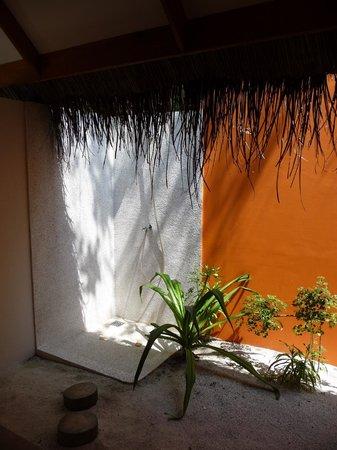 Vakarufalhi Island Resort: salle de bain en extérieure
