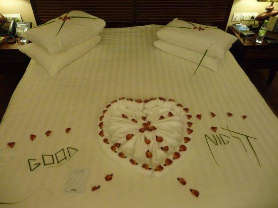 Vakarufalhi Island Resort: lit préparé pour la nuit
