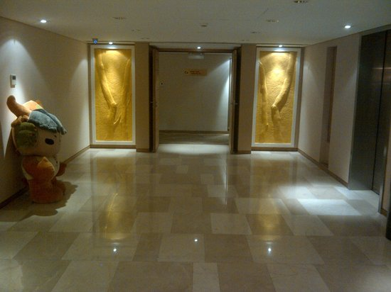 Gotel Capital Hotel : Waiting area for the lift