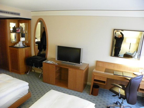 Hilton Dresden Hotel : Escritorio, cafetera, TV plana