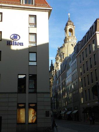 Hilton Hotel Dresden: Cruzando la calle de Frauenkirche