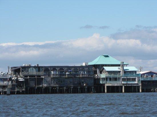 Cedar Key Harbour Master Suites: Hotel von der Seeseite