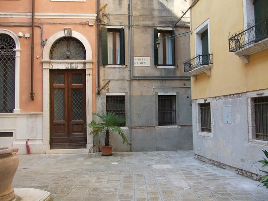 Locanda Orseolo: Courtyard entry to Locando Orseolo