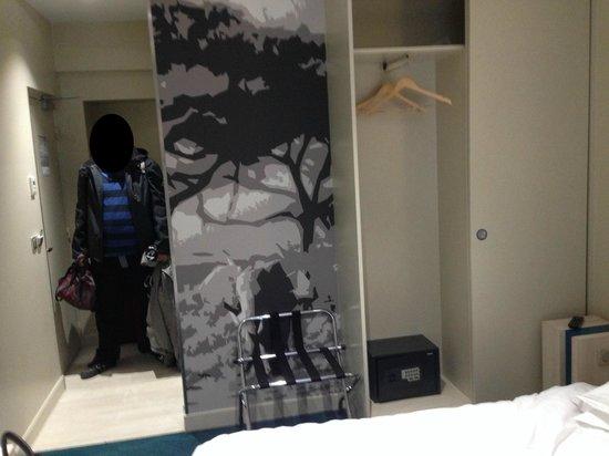 Hôtel Brésil Opéra : mueble para poner la maleta y armario con dos puertas (nada de cajones)