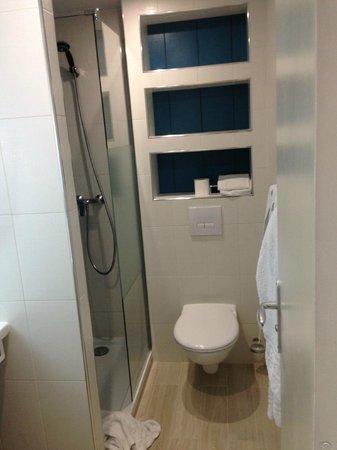 Hotel Bresil Opera: baño con estantes muy útiles