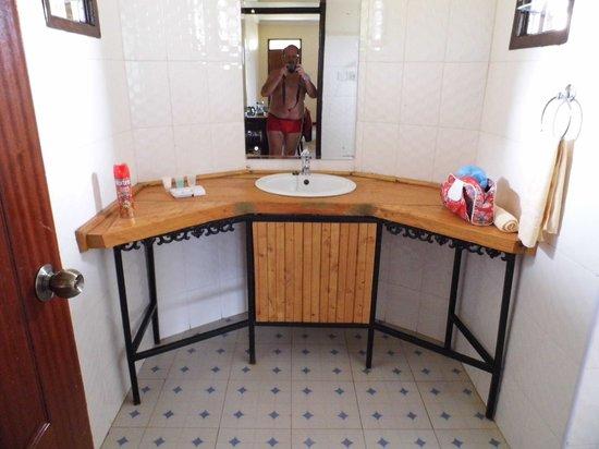 AA Lodge Amboseli : Waschbereich im Badezimmer