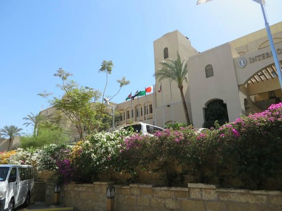 InterContinental Aqaba Resort: hotel view from the road