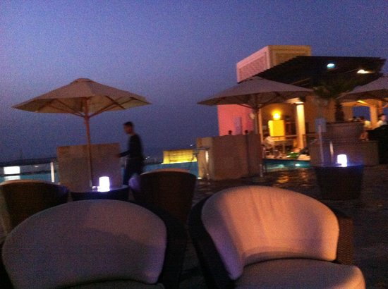 Sofitel Dubai Jumeirah Beach : poolside at night