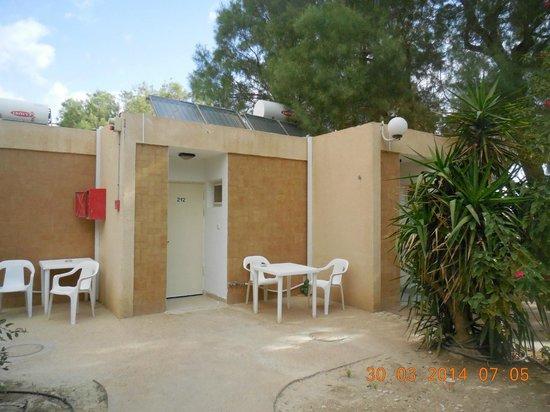 einfacher bungalow bild von kibbutz ein gedi ein gedi tripadvisor. Black Bedroom Furniture Sets. Home Design Ideas