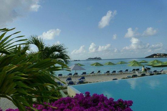 Sonesta Great Bay Beach Resort, Casino & Spa : view across the infinity pool & beach