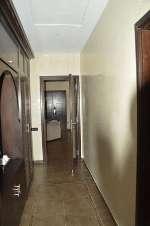 SENTIDO Kenzi Menara Palace : Wardrobes behind bed, door to lounge