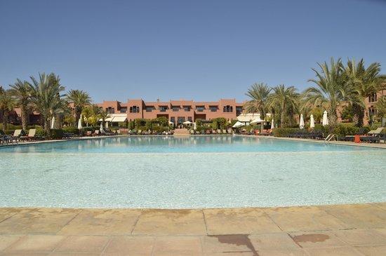SENTIDO Kenzi Menara Palace: Pool, looking towards hotel