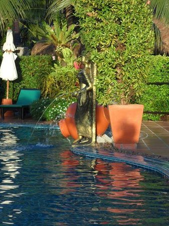 Boomerang Village Resort: Statues at the pool