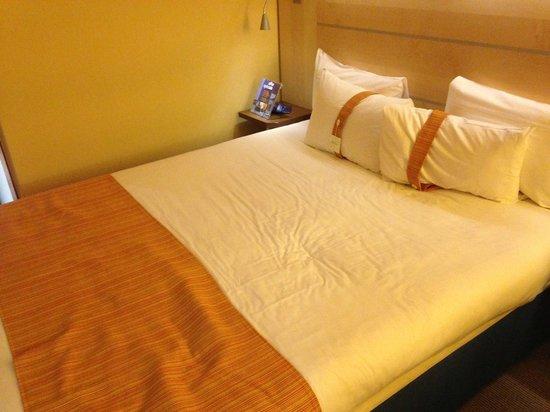 Holiday Inn Express Paris-Canal de la Villette : Bed