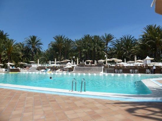 Hotel Riu Palace Oasis: Poolbereich, im April 2014 immer ausreichend Liegen