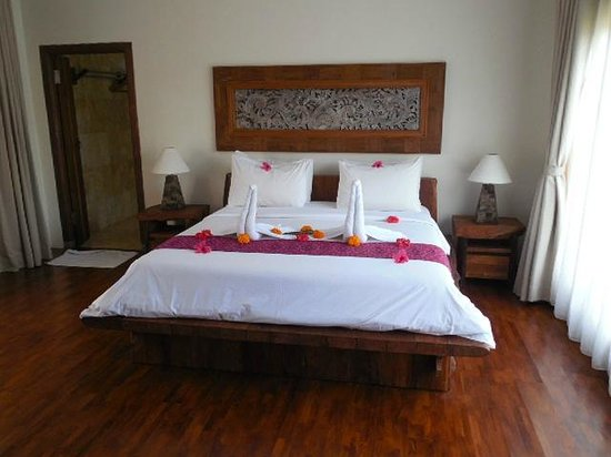 Sri Ratih Cottages: Huge kingsized bed