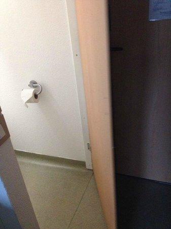 Hotel ibis budget London Whitechapel - Brick Lane : Das ist die dünne Toilettentür des Ibis