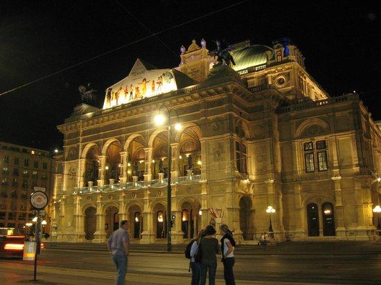 Staatsoper: В ночной подсветке