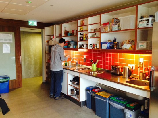 Loft Hostel: Kitchen