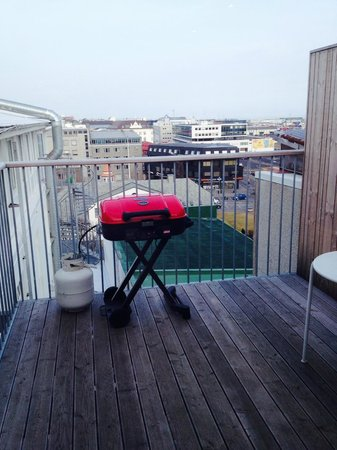 Loft HI Hostel : Balcony off the kitchen, grill to use