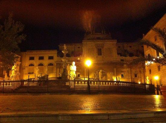 Fontana della Vergogna (Fontana Pretoria): fronte serale