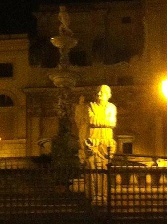 Fontana della Vergogna (Fontana Pretoria): da vicino di sera