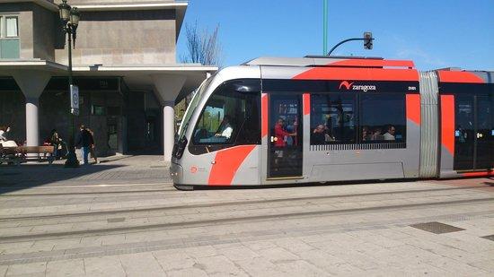 NH Ciudad de Zaragoza: tranvia delante del hotel