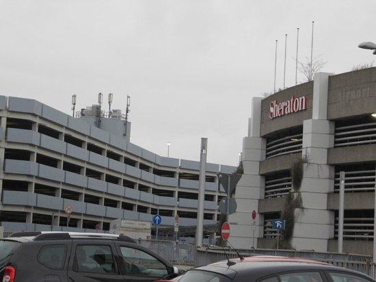 Sheraton Düsseldorf Airport Hotel: Вид на аэропорт и отель