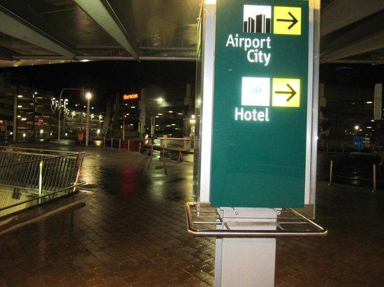 Sheraton Düsseldorf Airport Hotel: Вход в отель через переход из аэропорта