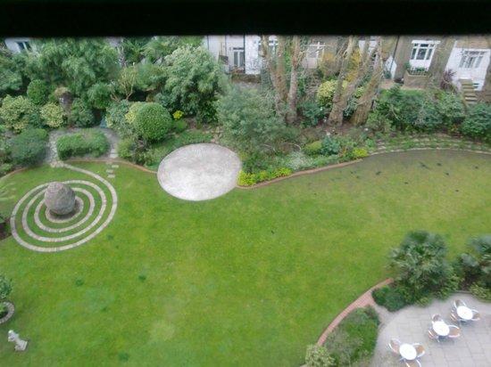 K+K Hotel George: 部屋から庭を見る