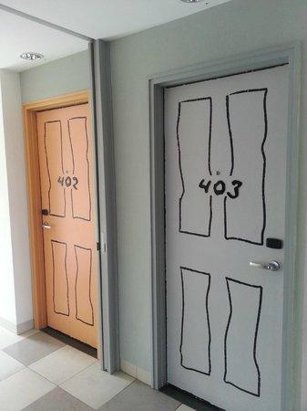 Artotel Surabaya : Room Doors