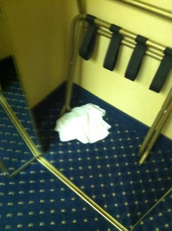 Courtyard Las Vegas Henderson/Green Valley: Dirty linens left in closet - Disgusting
