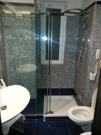 Best Western Plus Hotel Universo: Nice bathroom, good water pressure.