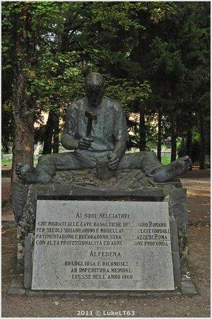 Alfedena, Italie : Statua e targa commemorativa