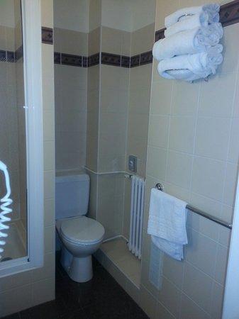 BEST WESTERN Hotel Eiffel Cambronne: Bastante amplio el baño y siempre muy limpio