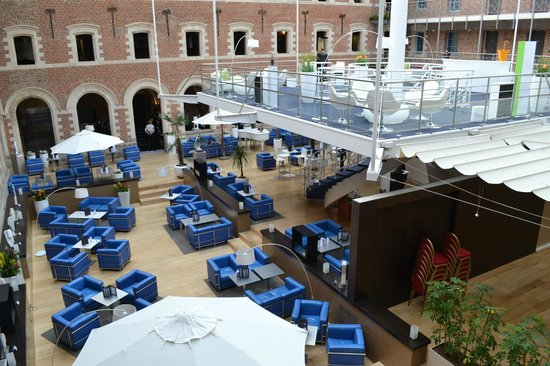 Couvent des Minimes - Alliance Lille : The old open-air courtyard now a lounge and restaurant