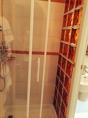Moderne St-Germain Hotel: Shower cubicle in bathrooms,spacious!