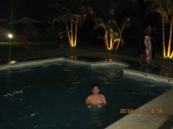 Punto Sur Lodge: bello en la noche disfrutando de la piscina.