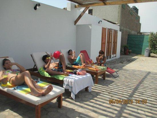Punto Sur Lodge: tomando sol en la piscina.