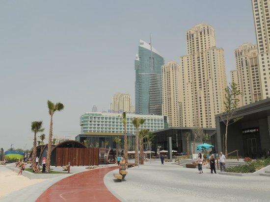 Hilton Dubai Jumeirah : New shopping area next to the hotel.