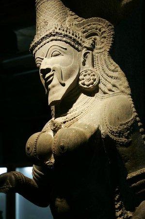 Aayiram Kaal Mandapam: A statue thats half man & Half woman... maybe represents a transgender?