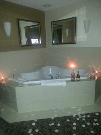 Holiday Inn Express Hotel & Suites Columbia East - Elkridge: Spiced up the whirlpool!