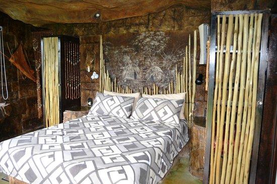 Inkunzi Cave & Zulu Hut: Main bedroom