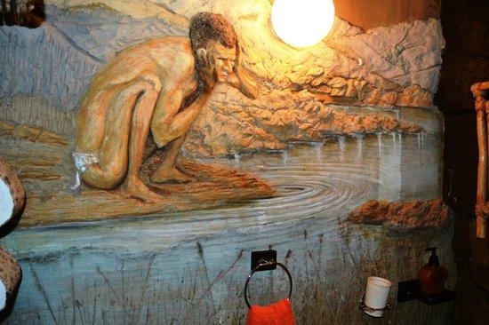 Inkunzi Cave & Zulu Hut: Second bathroom, carving on wall